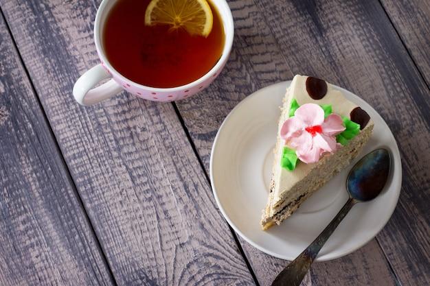 Pyszny tort urodzinowy z cytrynowym kremem biszkoptowym z masłem orzechowym i polewą czekoladową porcja świątecznego stołu