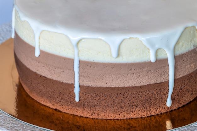 Pyszny tort urodzinowy z czekoladowej czekolady ozdobiony kolorowymi paskami