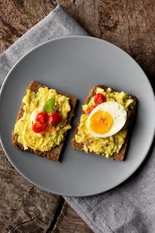 Pyszny tost z kremem warzywnym i jajkiem