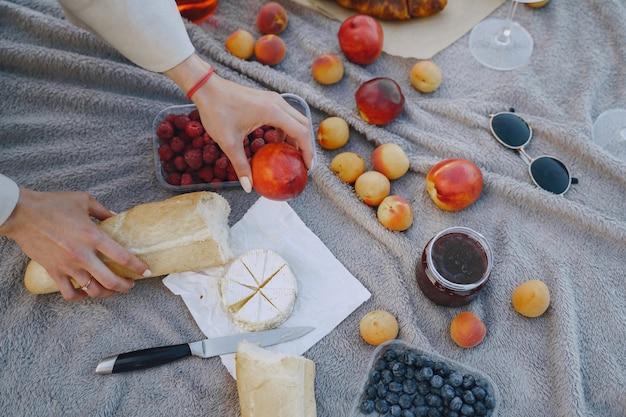 Pyszny, zdrowy letni piknik na trawie. owoce na blancecie.