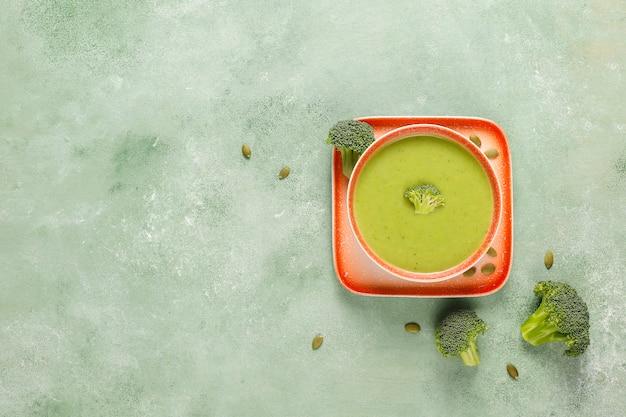 Pyszny zielony domowy krem z brokułów.
