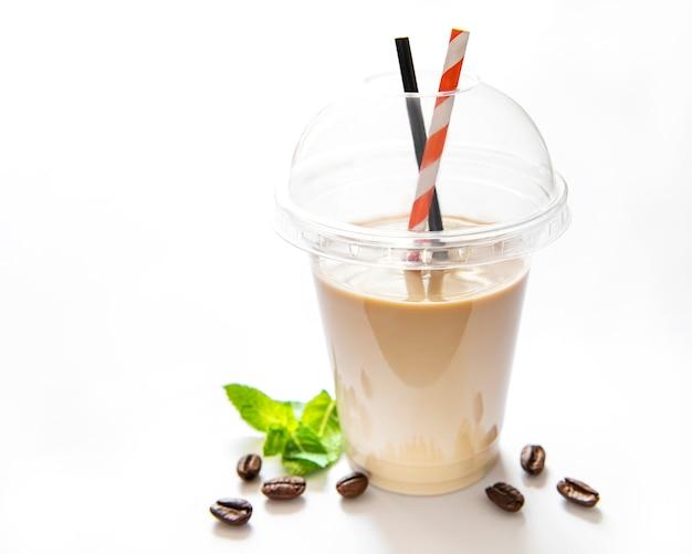 Pyszny zimny koktajl kawowy z mlekiem