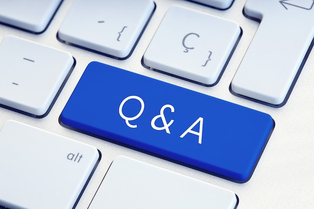 Pytania i odpowiedzi oraz zadawanie pytań w programie word na niebieskim klawiszu klawiatury komputera