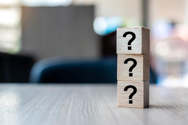 Pytania znak (?) słowo z drewnianą kostką