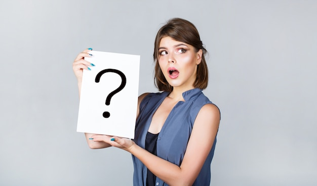 Pytanie dziewczyny. kobieta z wątpliwym wyrazem twarzy