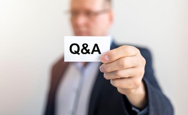 Q&a napis na papierze, koncepcja pytań i odpowiedzi.