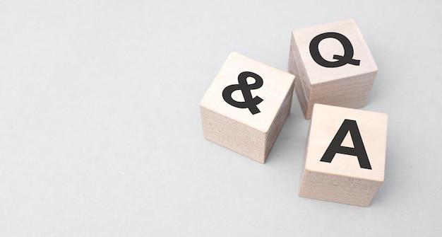 Q i a, pytania i odpowiedzi na drewnianych kostkach. pojęcie