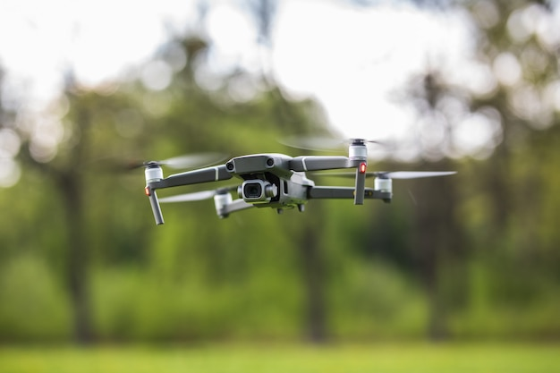 Quadcopter latający w lesie