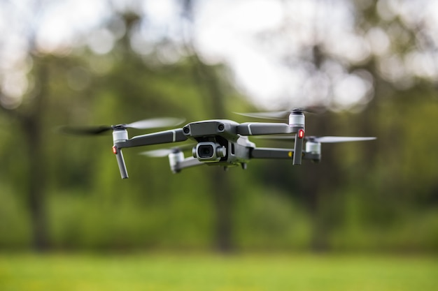 Quadcopter latający w parku