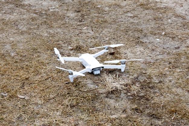 Quadkopter. powstanie drona. widok z góry. latający dron. ścieśniać