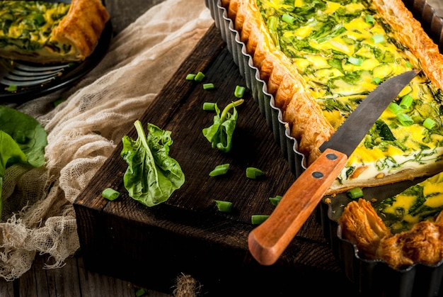 Quiche lorraine ze szpinakiem i zieloną cebulą