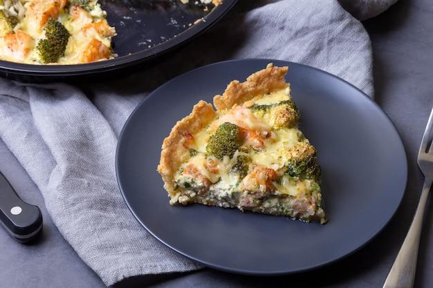 Quiche otwarte ciasto z brokułami z pstrąga i serem domowe niesłodzone ciasta tradycyjne ciasto