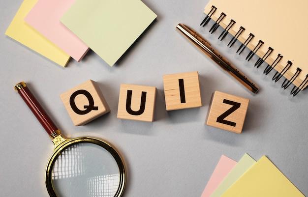 Quiz lub quiz słowo, napis, fajna gra z koncepcją pytań.