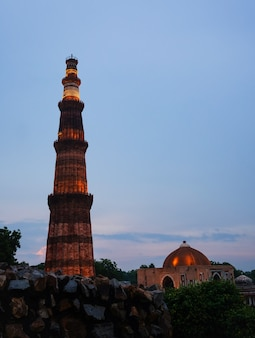 Qutub minar- qutab minar road, delhi obraz wieczorny widok