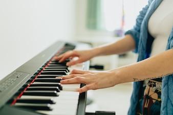 Ręce gra na pianinie