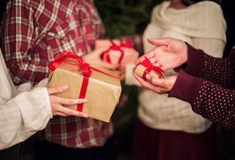 Ręce osób wymienia prezenty na Boże Narodzenie