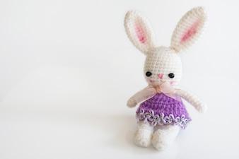 Ręcznie wykonana lalka szydełkowa. Śliczna królik lala na białym tle.