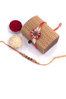 Raakhi i prezent dla siostry podarowany przez brata z okazji raksha bandhan. tło indyjskiego festiwalu raksha bandhan z eleganckim rakhi.