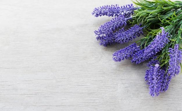 Rabatowy sztandar z lawendowymi kwiatami dla wakacje