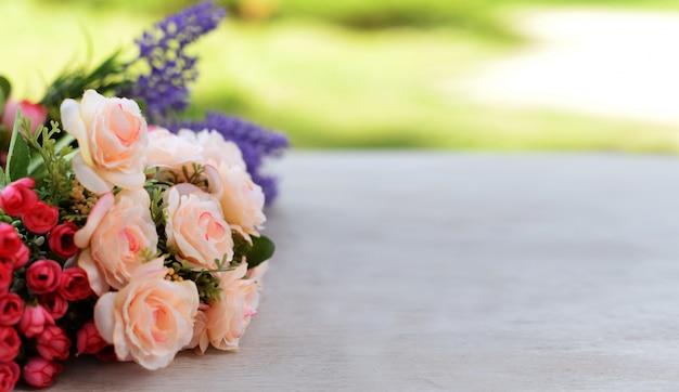 Rabatowy sztandar z różanymi i lawendowymi kwiatami