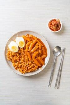 Rabokki (ramen lub koreański makaron instant i tteokbokki) w pikantnym koreańskim sosie - koreański styl jedzenia