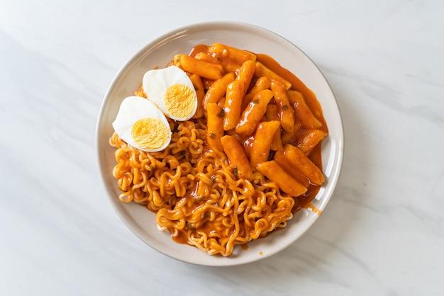Rabokki (ramen lub koreański makaron instant i tteokbokki) w pikantnym sosie koreańskim. koreański styl jedzenia