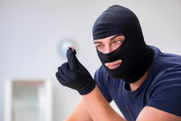 Rabuś w kominiarce kradnie cenne rzeczy