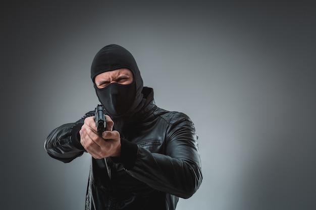 Rabuś z pistoletem, strzał studyjny