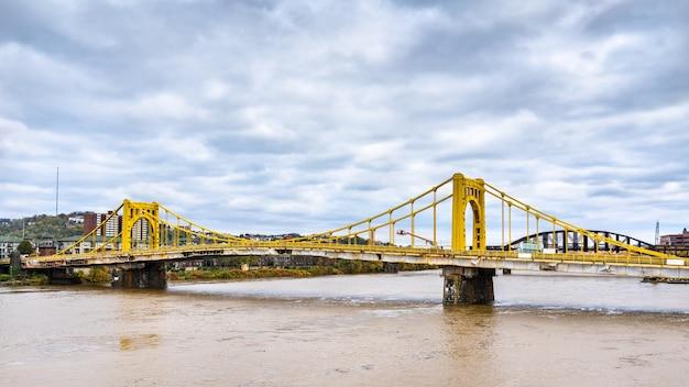 Rachel carson bridge przez rzekę allegheny w pittsburghu w pensylwanii, stany zjednoczone
