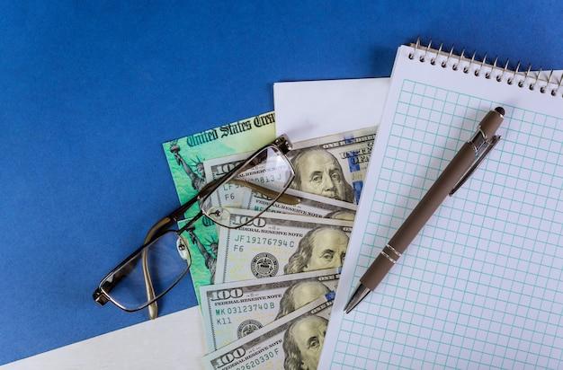 Rachunek bodźca finansowego banknot gotówkowy w dolarach amerykańskich w sprawie globalnej pandemii blokady covid 19