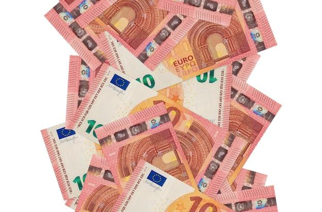 Rachunki 10 euro pływające w dół na białym tle. wiele banknotów spada z białymi miejscami na kopię po lewej i prawej stronie
