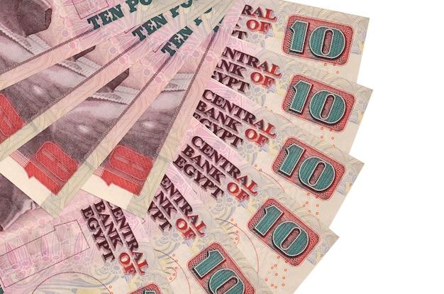 Rachunki 10 funtów egipskich leży na białym tle na białej ścianie z miejsca na kopię ułożone w kształcie wentylatora z bliska. koncepcja transakcji finansowych