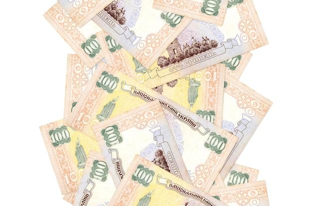 Rachunki 100 hrywny ukraińskiej pływające w dół na białym tle. wiele banknotów spada z białymi miejscami na kopię po lewej i prawej stronie