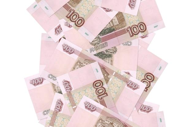 Rachunki 100 rubli rosyjskich pływające w dół na białym tle. wiele banknotów spadających z białymi miejscami na kopię po lewej i prawej stronie