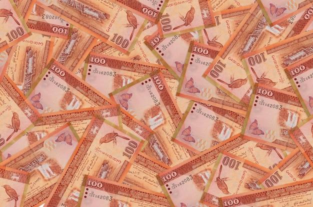 Rachunki 100 rupii lankijskich leżą na stosie. koncepcyjne tło bogate życie. dużo pieniędzy