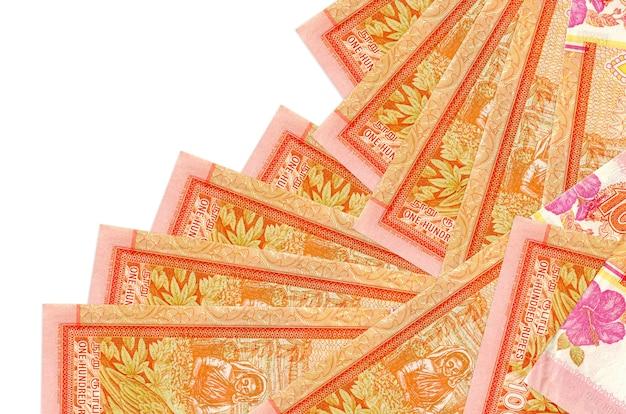 Rachunki 100 rupii lankijskich leżą w innej kolejności na białym tle. lokalna bankowość lub koncepcja zarabiania pieniędzy.