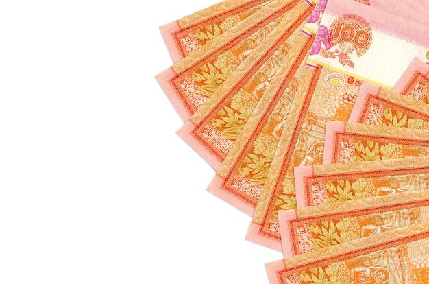 Rachunki 100 rupii lankijskich leży na białym tle na białej ścianie z miejsca na kopię. duża ilość bogactwa w walucie krajowej