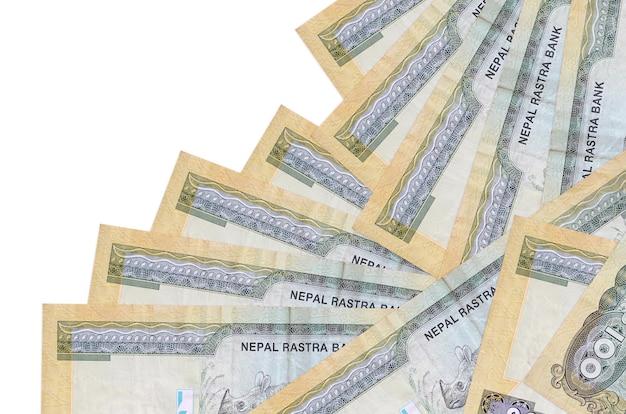 Rachunki 100 rupii nepalskich leży w innej kolejności na białym tle