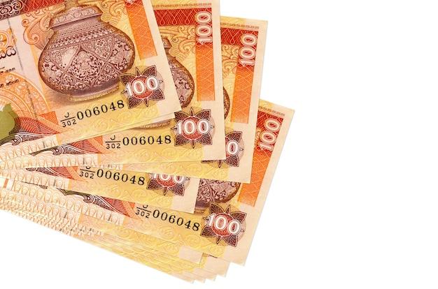 Rachunki 100 rupii sri lanki leżą w małej paczce lub paczce na białym tle. koncepcja biznesowa i wymiany walut