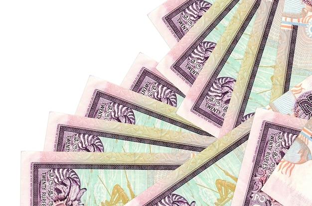 Rachunki 20 rupii lankijskich leżą w innej kolejności na białym tle. lokalna bankowość lub koncepcja zarabiania pieniędzy.