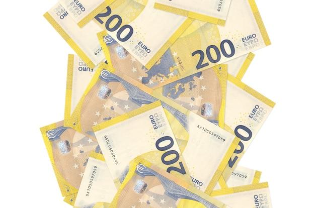 Rachunki 200 euro pływające w dół na białym tle. wiele banknotów spada z białymi miejscami na kopię po lewej i prawej stronie