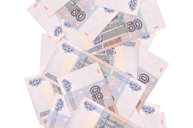 Rachunki 50 rubli rosyjskich pływające w dół na białym tle. wiele banknotów spada z białymi miejscami na kopię po lewej i prawej stronie