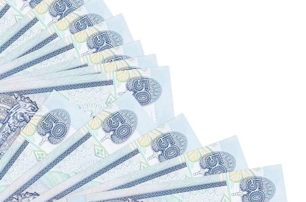 Rachunki 50 rupii lankijskich leży na białym tle na białym tle z miejsca kopiowania ułożone w wentylator z bliska