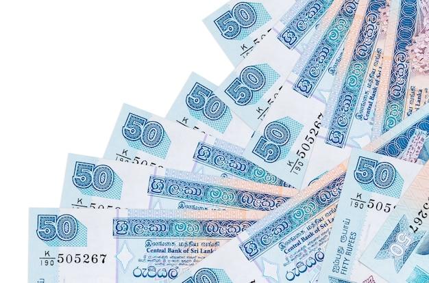Rachunki 50 rupii lankijskich leży w innej kolejności na białym tle. lokalna bankowość lub koncepcja zarabiania pieniędzy.