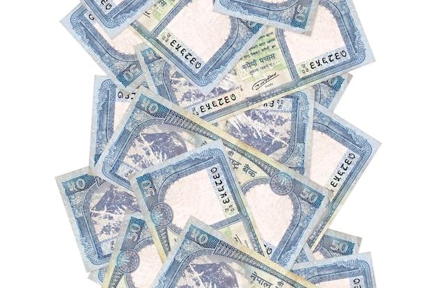 Rachunki 50 rupii nepalskich pływające w dół na białym tle. wiele banknotów spada z białą przestrzenią na kopię po lewej i prawej stronie