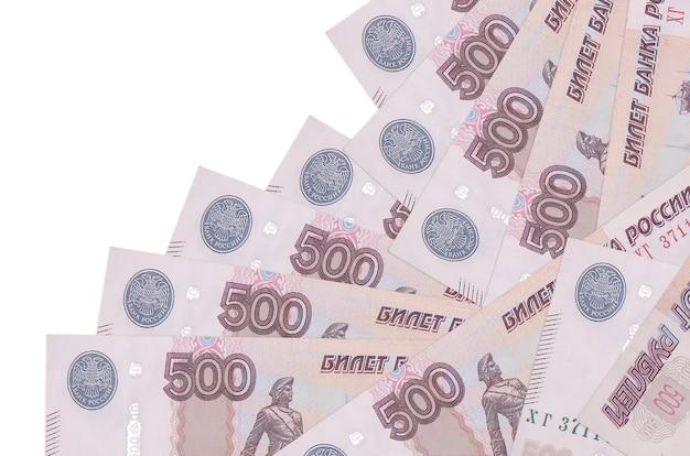 Rachunki 500 rubli rosyjskich leży w innej kolejności na białym tle. lokalna bankowość lub koncepcja zarabiania pieniędzy.