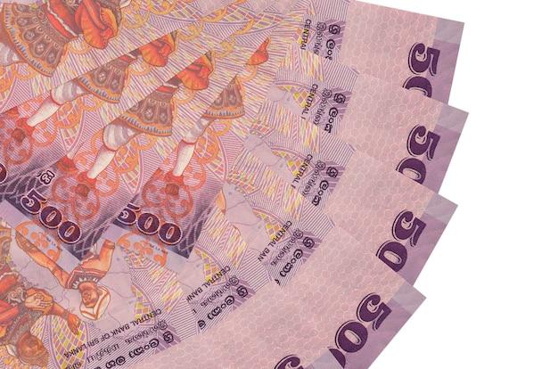 Rachunki 500 rupii lankijskich leżą na białym tle ułożone w kształcie wentylatora z bliska. koncepcja transakcji finansowych