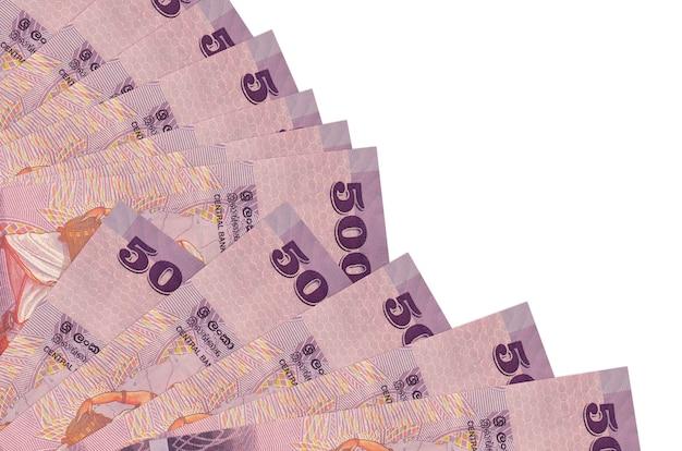 Rachunki 500 rupii lankijskich leży na białym tle z miejsca kopiowania ułożone w wentylator z bliska