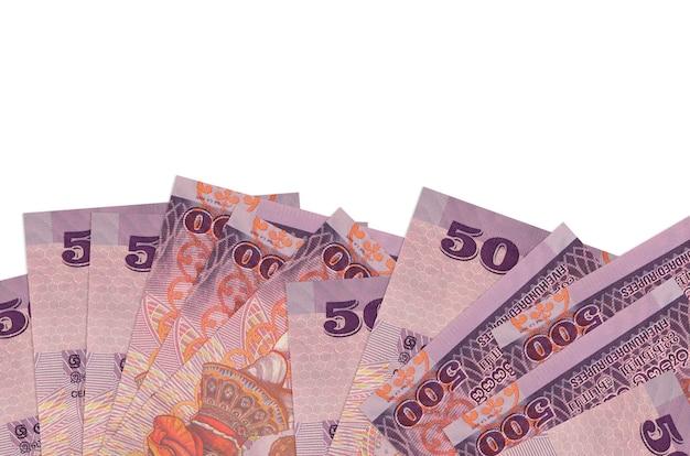 Rachunki 500 rupii lankijskich leży w dolnej części ekranu na białym tle