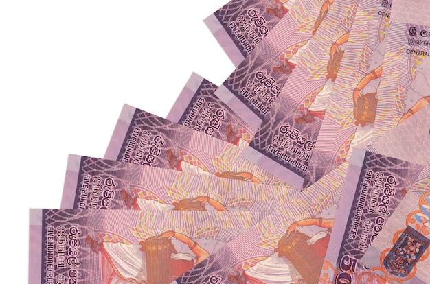 Rachunki 500 rupii lankijskich leży w innej kolejności na białym tle. lokalna bankowość lub koncepcja zarabiania pieniędzy.